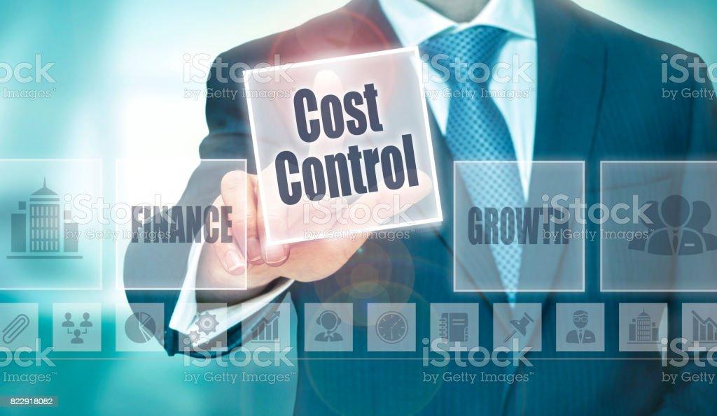 Un homme d'affaires en cliquant sur un bouton de Concept de contrôle des coûts - Photo