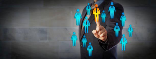 Unternehmer, die einen männlichen Kandidaten In Gruppe auswählen – Foto