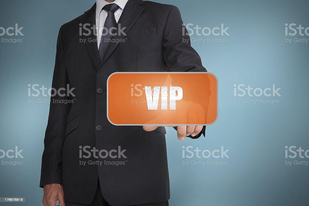 Empresario seleccionando orange tag con la palabra por escrito en vip foto de stock libre de derechos