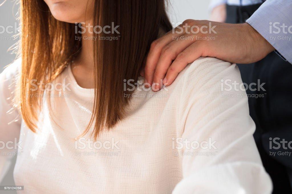 Geschäftsmann sexuell belästigend weiblichen Kollegen – Foto