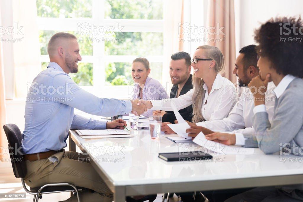 Geschäftsmann schütteln Hände im Interview – Foto