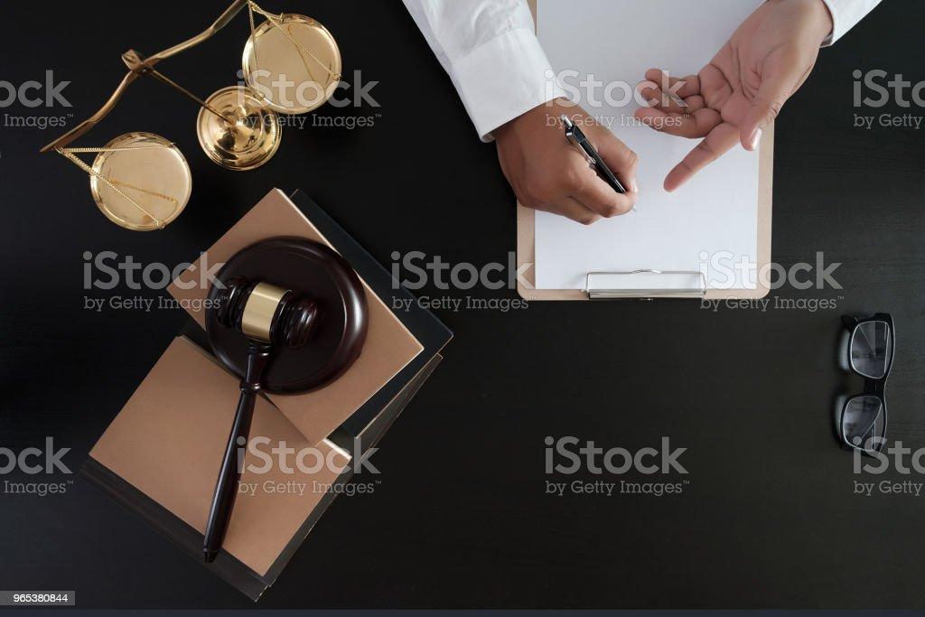 Geschäftsmann Händeschütteln Richter Hammer mit Gerechtigkeit Rechtsanwälte Vertrauen Versprechen gewinnen den Fall - Lizenzfrei Abmachung Stock-Foto