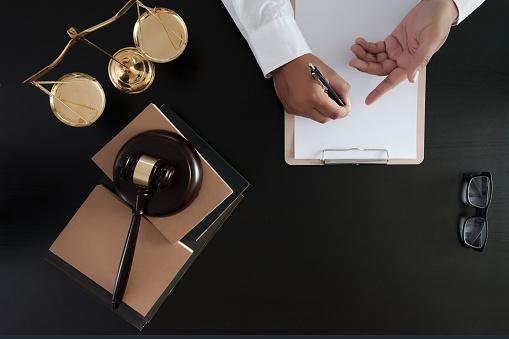 Geschäftsmann Händeschütteln Richter Hammer Mit Gerechtigkeit Rechtsanwälte Vertrauen Versprechen Gewinnen Den Fall Stockfoto und mehr Bilder von Abmachung