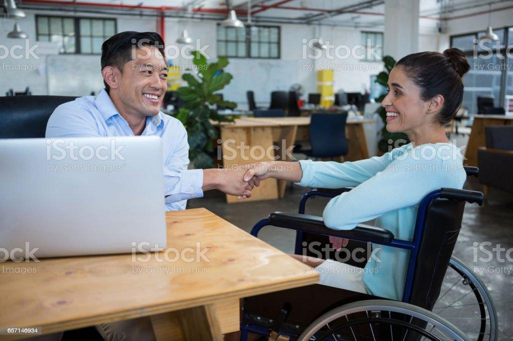Geschäftsmann Händeschütteln mit behinderten Kollegen – Foto