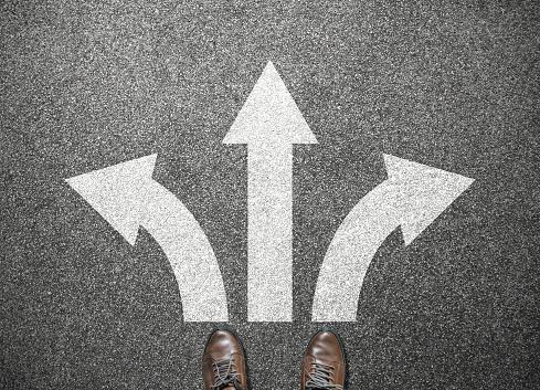Geschäftsmann Schuhe An Kreuzung Stehen Wählen Sie Weg Zum Erfolg Stockfoto und mehr Bilder von Auseinander