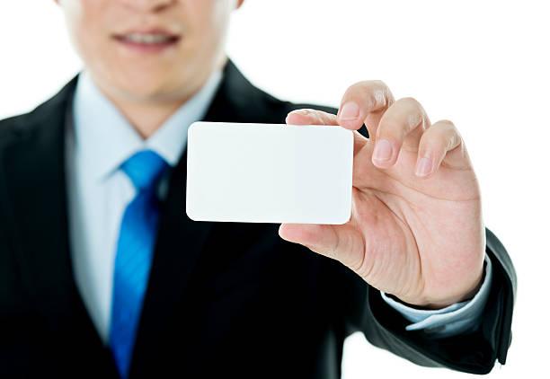 Empresário mostrando um cartão de visita - foto de acervo