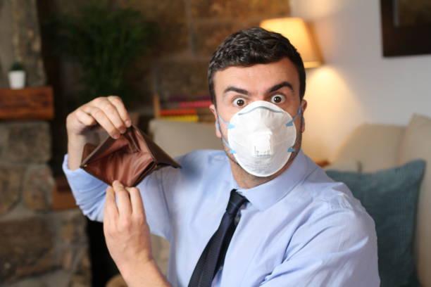Empresário mostra carteira vazia durante recessão de surto viral - foto de acervo