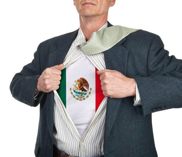 Geschäftsmann zeigt Flagge Superhelden Anzug unter seinem Hemd – Foto