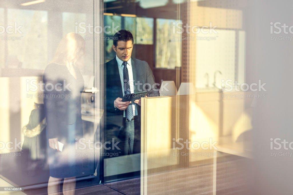 Empresário, mostrando seu parceiro algo em um tablet digital - foto de acervo