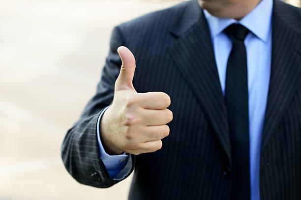 Geschäftsmann zeigt OK symbol – Foto