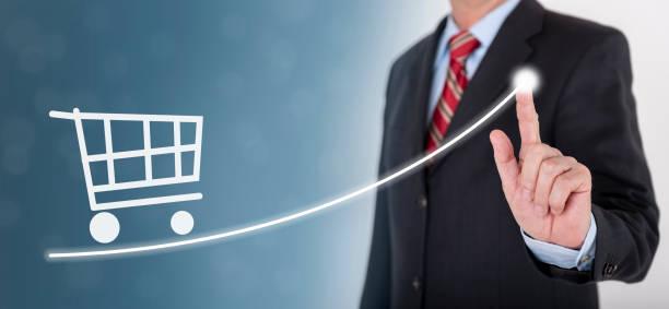 Geschäftsmann zeigt Erfolg mit Chart und Einkaufswagen – Foto