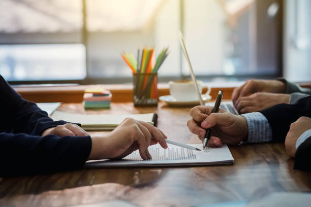 unternehmer unterzeichnet einen vertrag, zusammen zu investieren - unterschrift stock-fotos und bilder