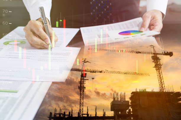 unternehmer ein bauwerk unterzeichnung vertrag - wirtschaftsrecht stock-fotos und bilder