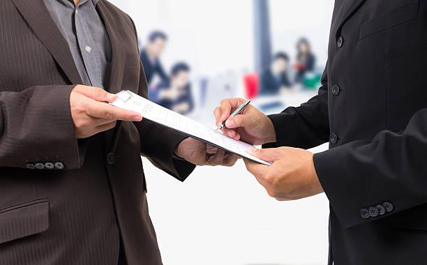 Geschäftsmann, die Unterzeichnung eines Vertrags – Foto