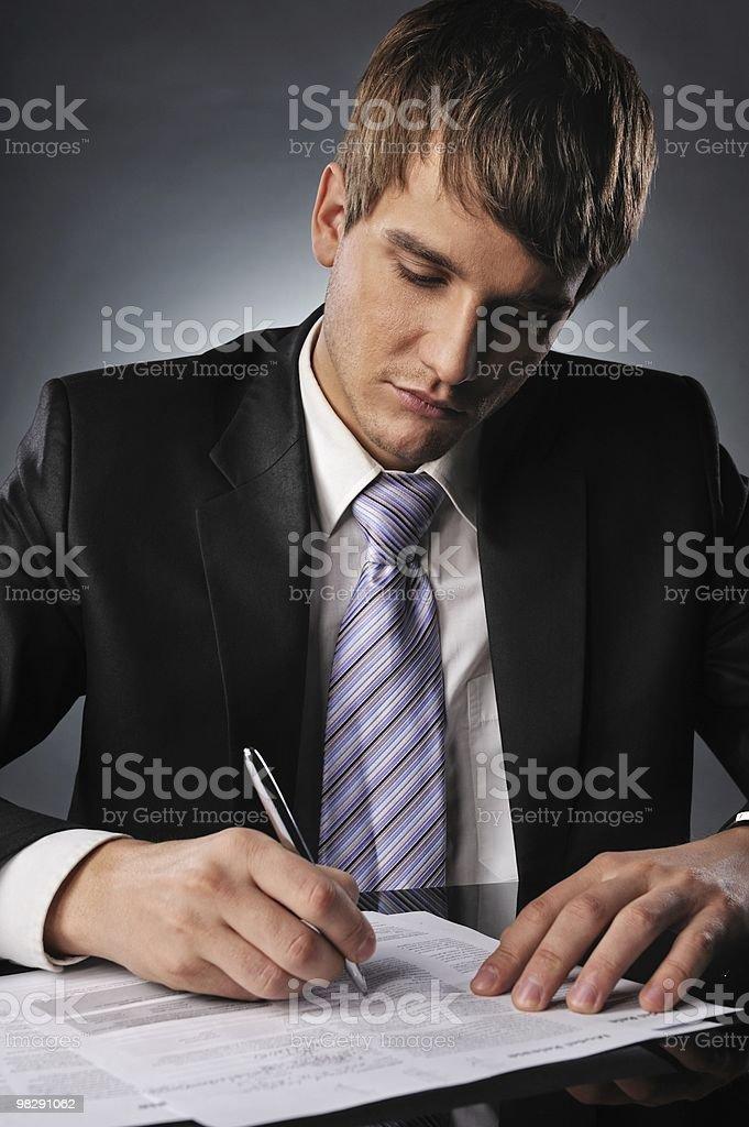 Uomo d'affari firma un contratto foto stock royalty-free