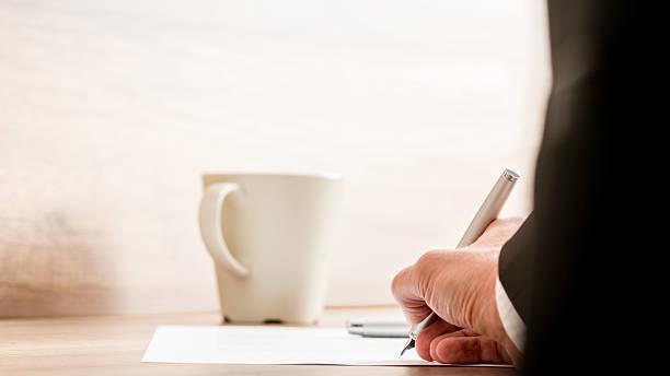 Homme d'affaires signature d'un document ou de contrat - Photo