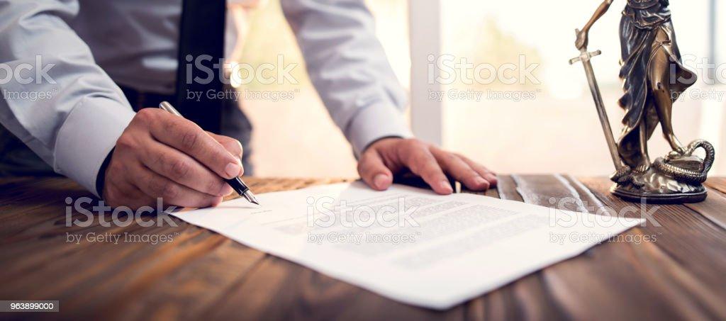 Unterzeichnung eines offiziellen Dokuments Geschäftsmann – Foto