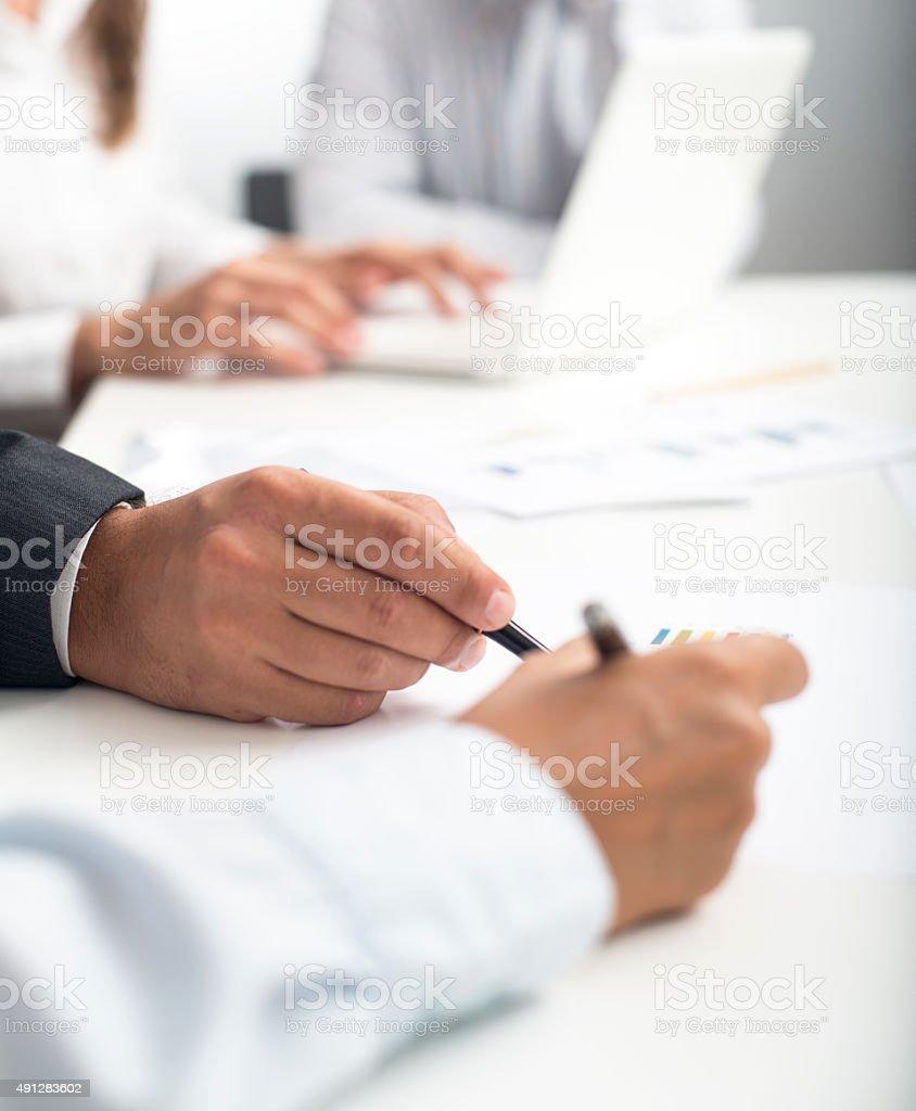 Geschäftsmann, die Unterzeichnung Jahresbericht – Foto