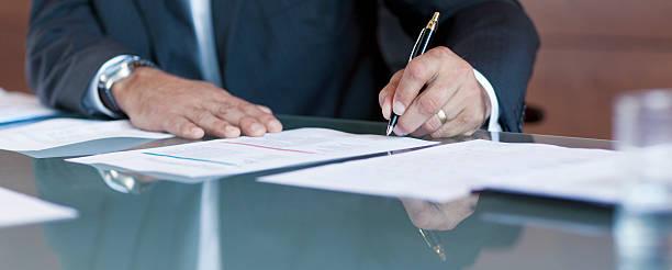 Geschäftsmann, die Unterzeichnung Vertrag am Tisch – Foto
