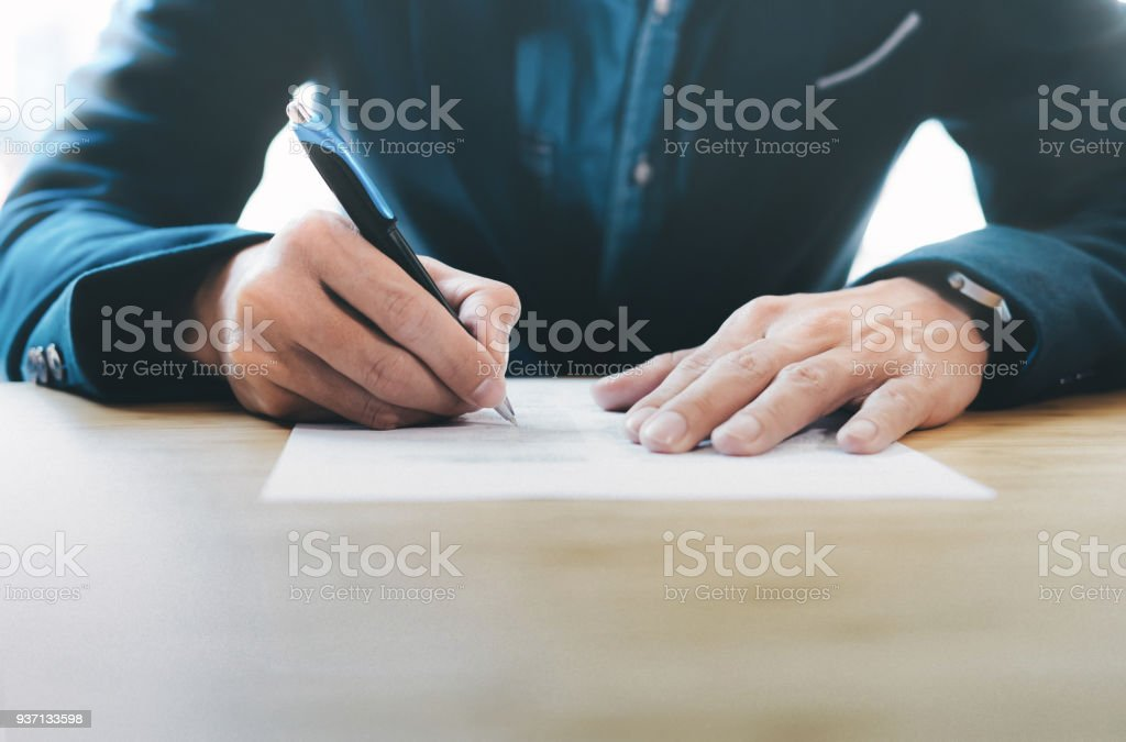 Geschäftsmann unterzeichnen Vertrag einen deal machen. – Foto