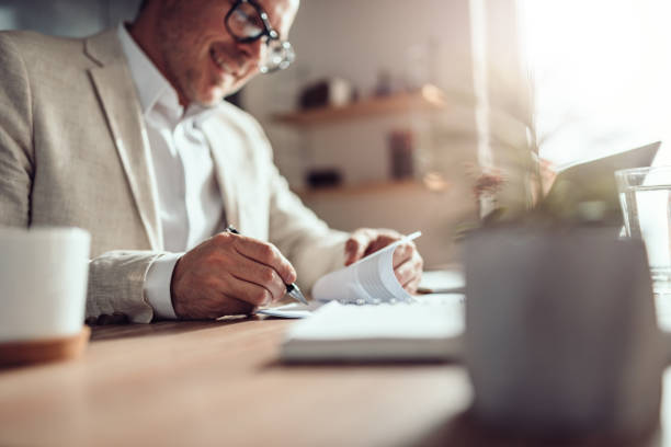 Geschäftsmann unterzeichnen Vertrag – Foto