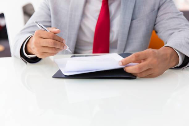 ビジネスマンの署名契約 - パラリーガル ストックフォトと画像
