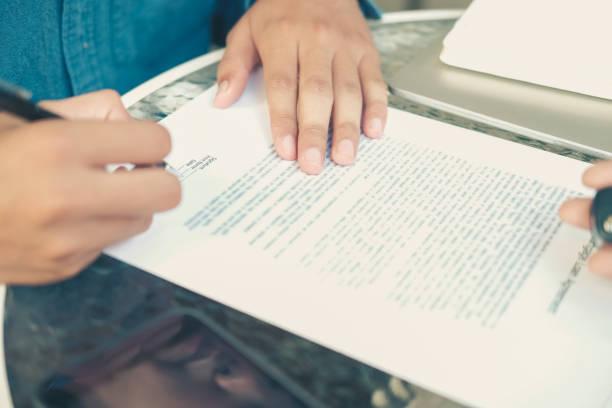 Geschäftsmann unterzeichnet Hypothekarkredit-Vertrag für den Kauf von Haus – Foto