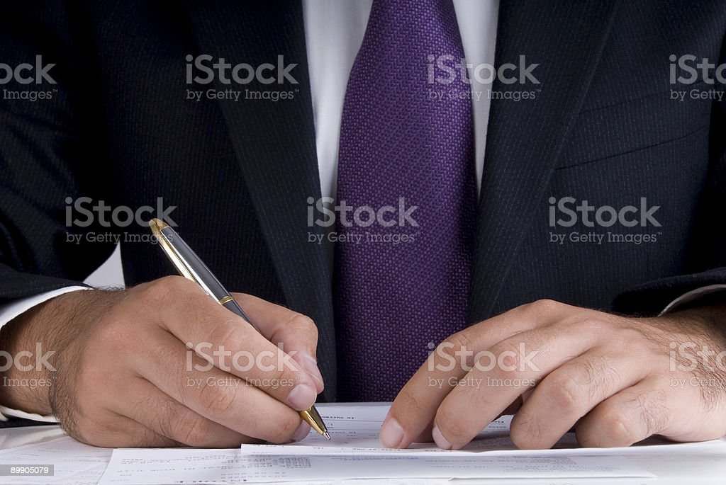 Homme d'affaires signature de documents sur le bureau, gros plan photo libre de droits