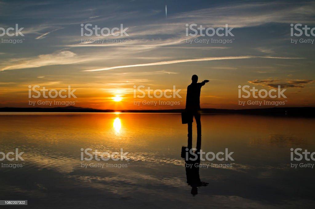 İşadamı siluet göl kenarında. stok fotoğrafı