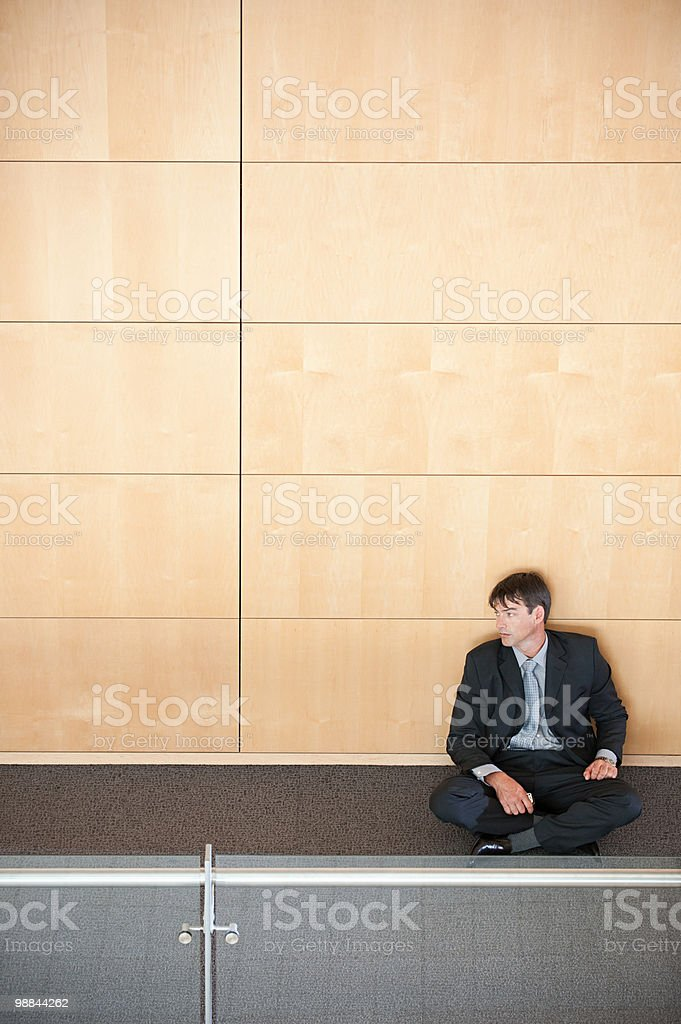 Businessman sitting in corridor royalty-free 스톡 사진