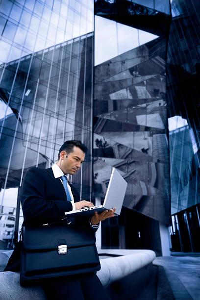Geschäftsmann mit laptop im Freien, modernes Gebäude – Foto