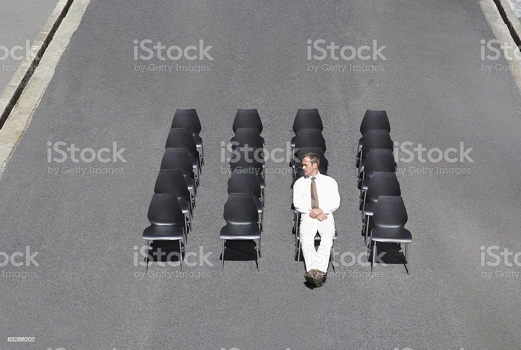 椅子に座っているビジネスマンオフィスの道路 ロイヤリティフリーストックフォト