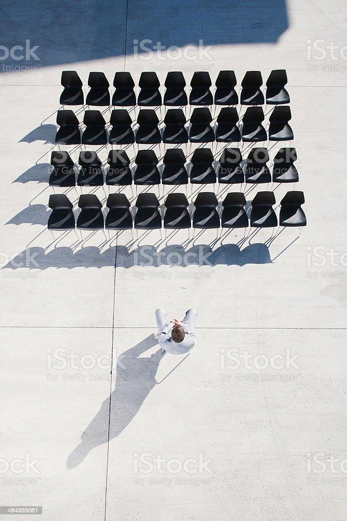 Ejecutivo sentado en silla mirando a la línea de vacío - foto de stock