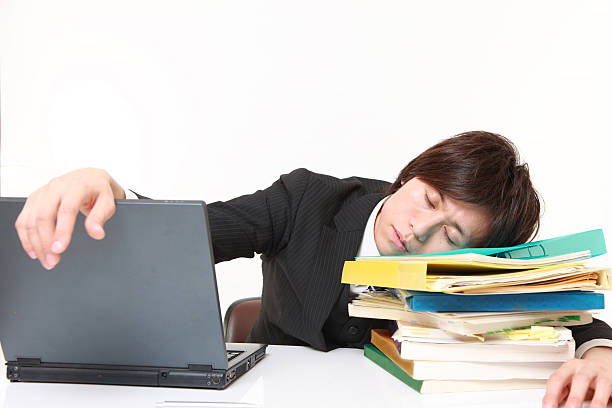 geschäftsmann, schlafen auf dem schreibtisch - sandmann stock-fotos und bilder