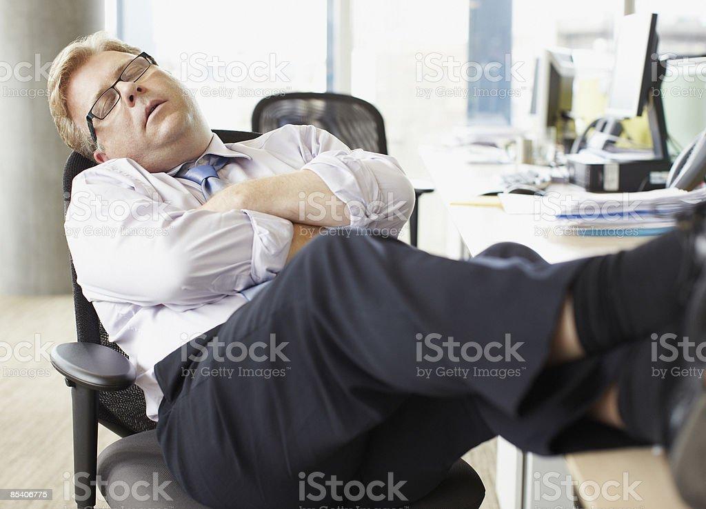 Homme daffaires de couchagevous au bureau pour travailler avec
