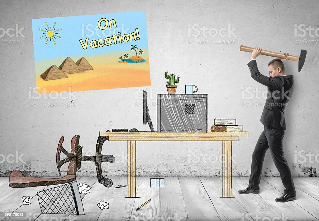 Businessman smashing his workplace with hammer foto royalty-free