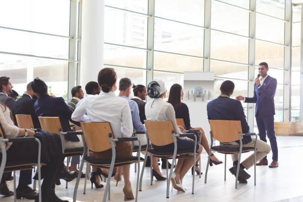 Geschäftsmann spricht in einem Business-Seminar – Foto