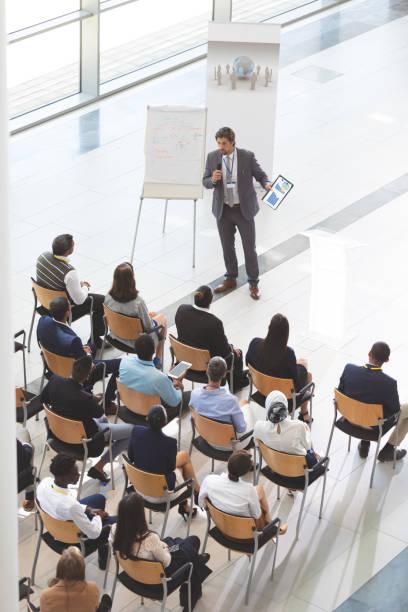 Geschäftsmann spricht mit digitalem Tablet in einem Business-Seminar – Foto