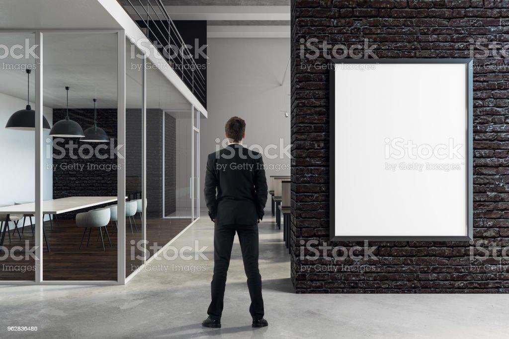 Empresário em pé na sala de reuniões - Foto de stock de Adulto royalty-free