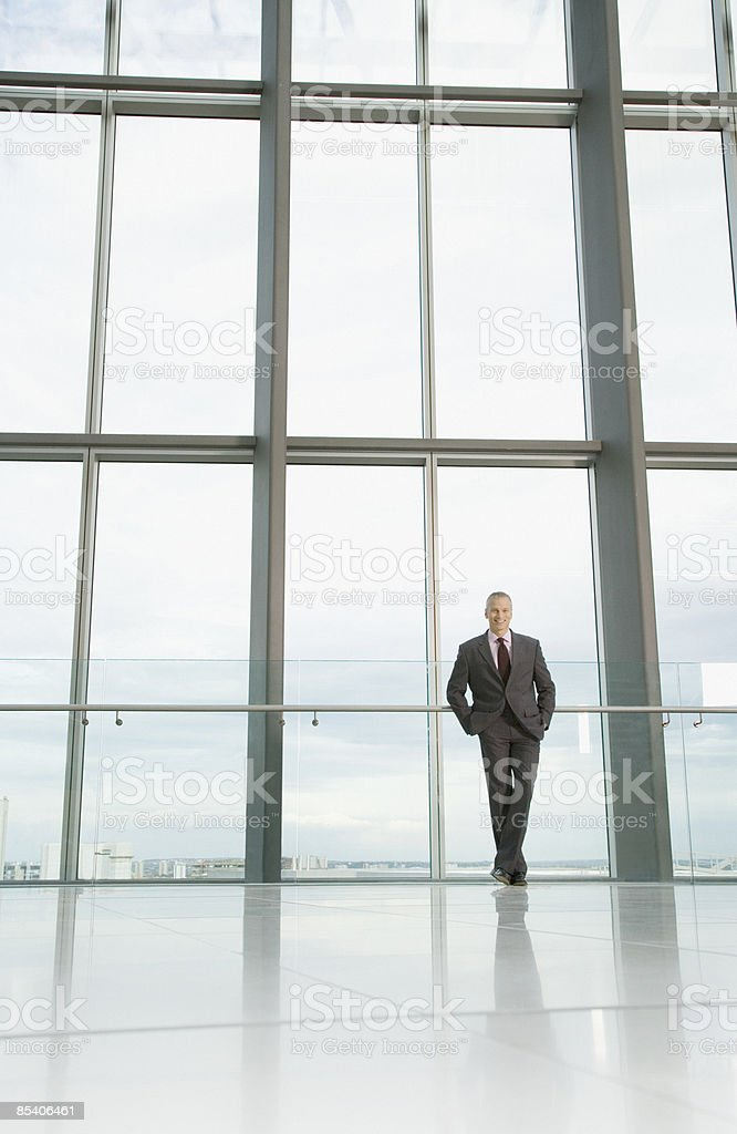Homme d'affaires debout dans le hall moderne photo libre de droits