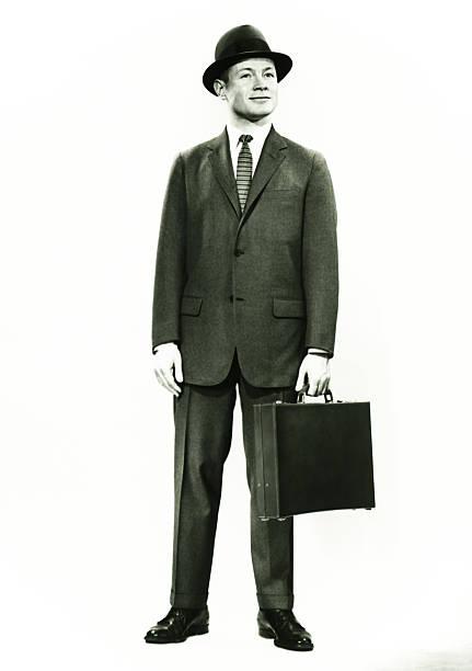 empresário de pé no estúdio, (b & w, retrato - homem chapéu imagens e fotografias de stock