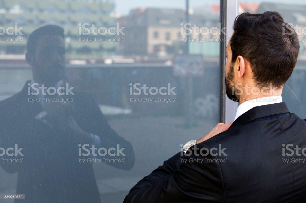 Geschäftsmann, draußen und sah sein Spiegelbild im Fenster – Foto