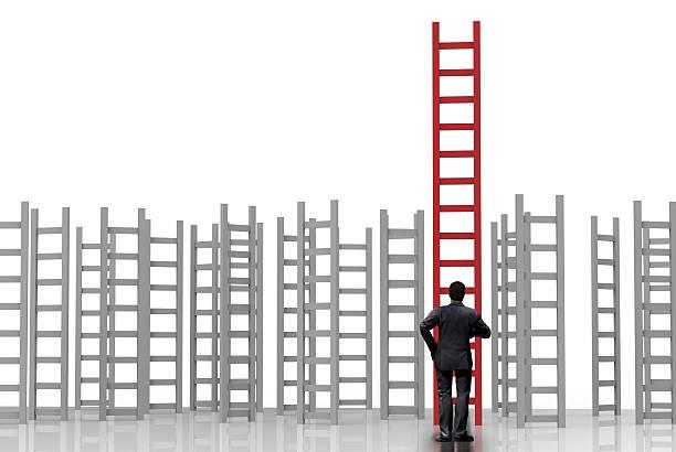 Empresário em pé com escada para o sucesso - foto de acervo