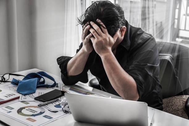 Geschäftsmann belasten Ergebnis, Stress der Geschäftsmann mit Schmerz Ausdruck Kopf mit den Händen zu halten. – Foto