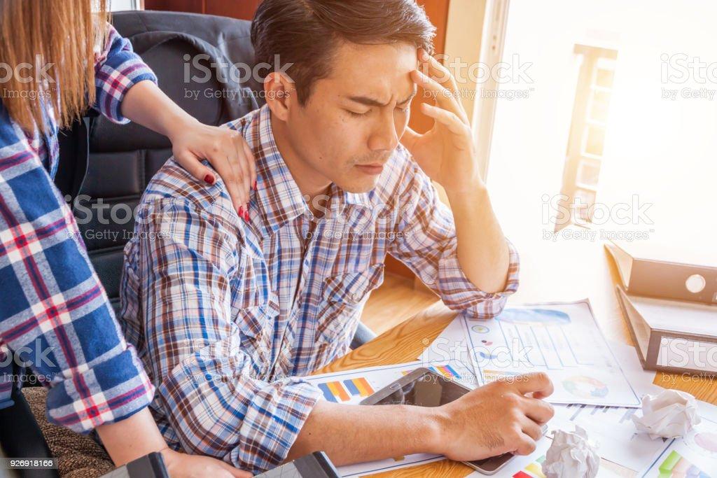 Geschäftsmann Stress am Arbeitsplatz, persönliche arbeiten mit Laptop im Büro, traurig, müde oder depressiv Geschäftsmann an der Rezeption. – Foto