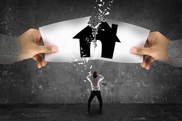 Geschäftsmann stress, reißen ein Papier-Haus – Foto