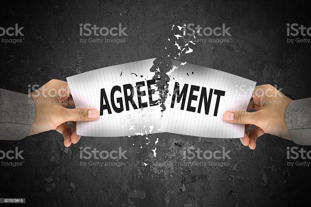 Geschäftsmann stress, Rissen bis Vereinbarung Wort auf Papier – Foto