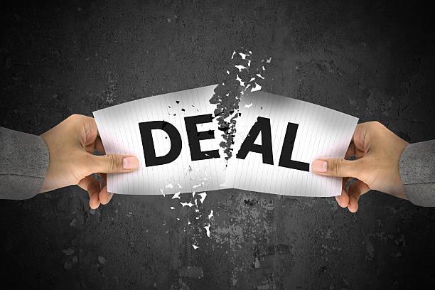 Geschäftsmann stress, Rissen bis Angebot word auf Papier – Foto