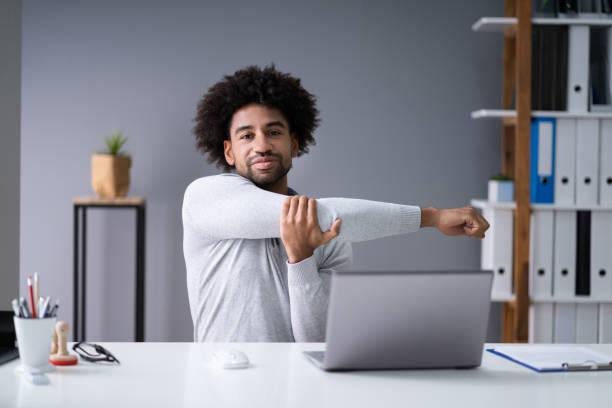 Geschäftsmann streckt seine Arme aus – Foto