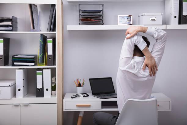 geschäftsmann, streckte die arme - yoga fürs büro stock-fotos und bilder
